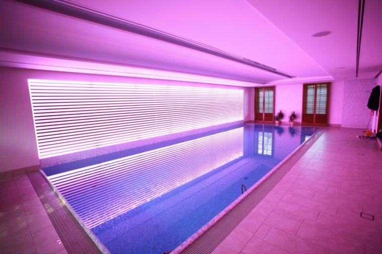 multicolor-lichtglaswand-schwimmbad