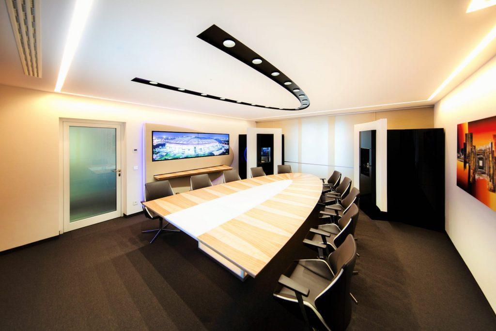konferenzraum beleuchtet