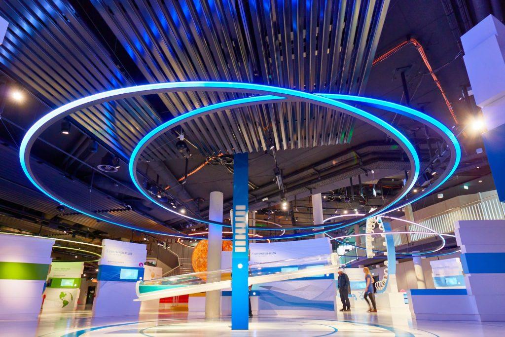blaue led pendelleuuchte in halle mit lichtern