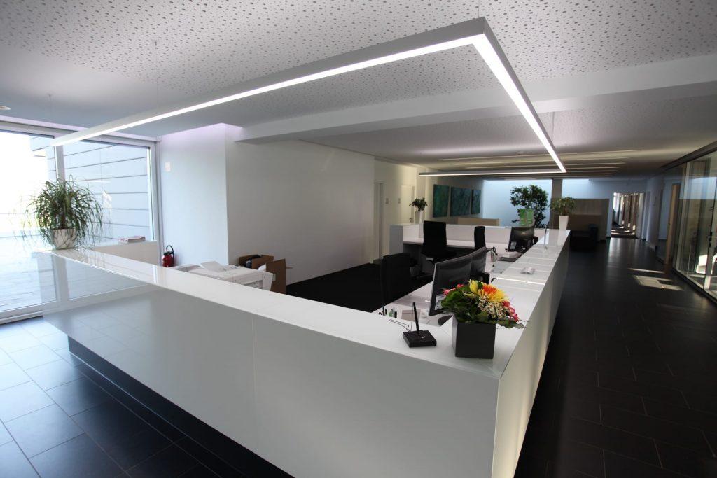 am empfang weißer tisch mit lichtsystem